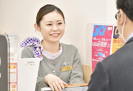 写真:井上さんがドリンクを笑顔で提供している
