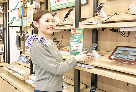 写真:机に座ってインタビューに答える井上さんの姿