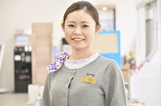 写真:インタビューに答える井上さんの写真