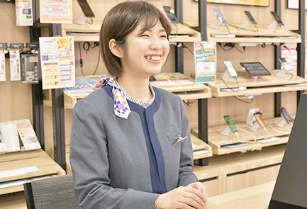 写真:お客さんに商品説明をしている宮崎さん