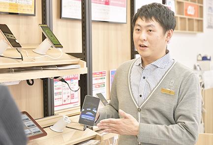 写真:店内で笑顔で作業するウさんの写真